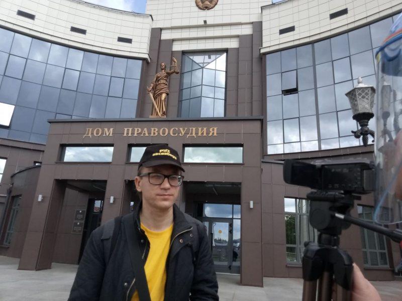 Роман Кисляк возле здания суда. Фото: Владимир Величкин