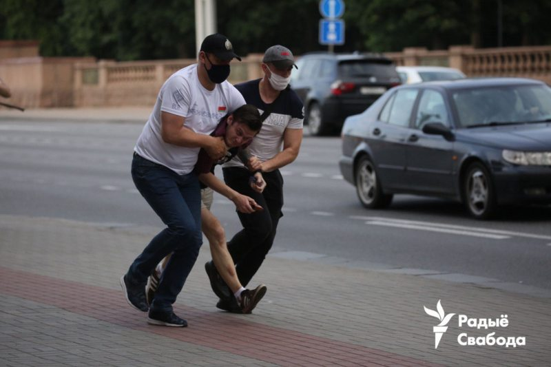 Plain-clothed police officers detain protester in Minsk. June 20, 2020. Photo: svaboda.org