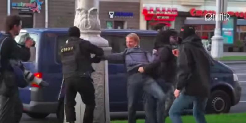Задержание Анатолия Хиневича 20 сентября. Скриншот из видео Onliner.by
