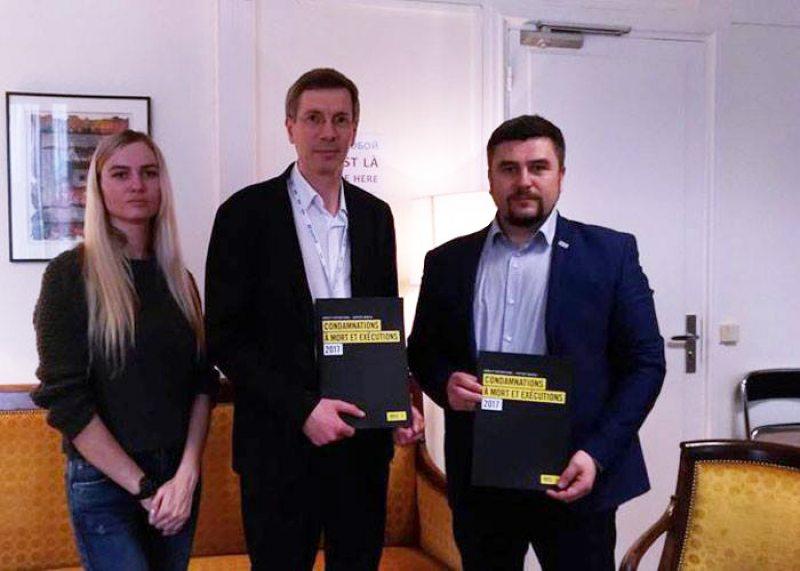 Александра Яковицкая и Андрей Палуда на встрече с послом Франции по правам человека Франсуа Крекеттом