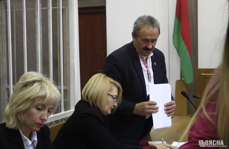 Генадзь Фядыніч з адвакатамі ў Мінгарсудзе