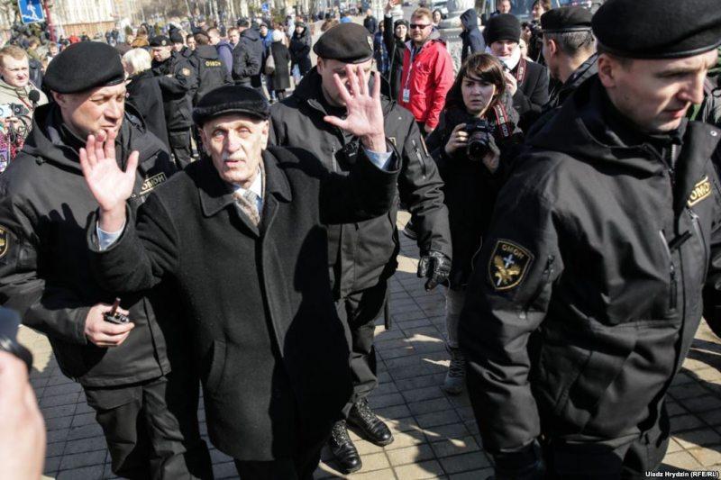 Police detain protesters in Minsk's Yakub Kolas Square. March 25, 2018