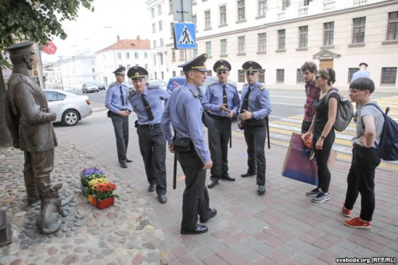 Затрыманне ўдзельнікаў перформансу каля МУС 28 чэрвеня. Фота: Радыё Свабода.
