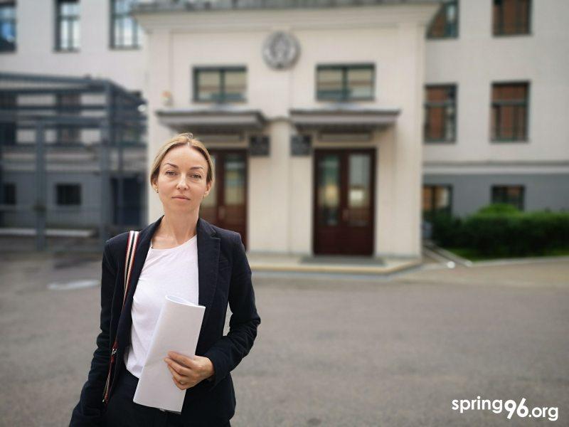 Олеся Жигадло возле здания суда Центрального района