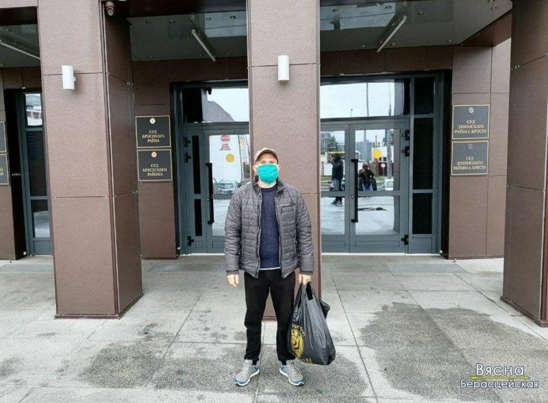 Дмитрий готов к аресту, поэтому пришел с пакетом необходимых вещей. Фото: