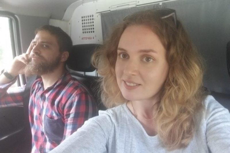Belsat journalists Siarhei Kavaliou and Katsiaryna Andreyeva in a police car after detention