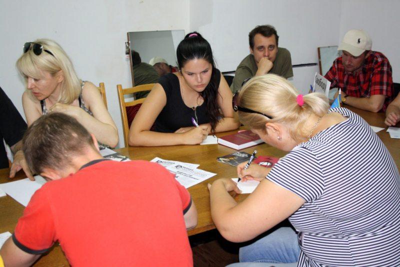 У Бабруйску пішуць лісты Ігару Комліку. Фота: praca-by.info