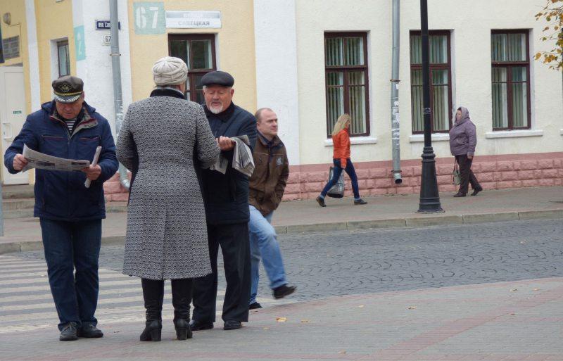 Раздача спецвыпуска НВ о смертной казни в Барановичах