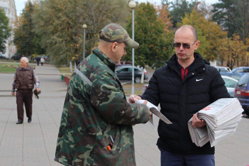 Праваабаронца Алег Мацкевіч раздае Народную Волю ў Барысаве.