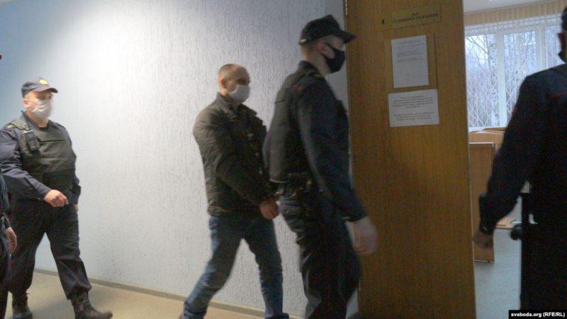 Сергея Базука ведут в судебный зал. Фото: