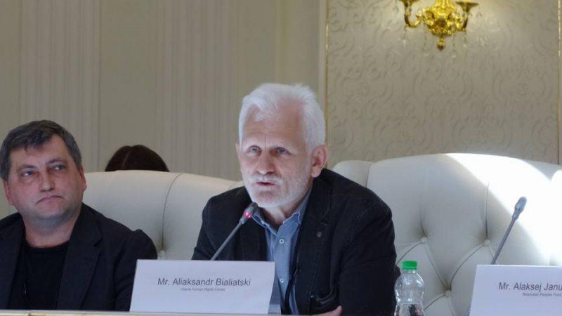 Алесь Беляцкий на параллельном мероприятии в рамках сессии ПА ОБСЕ в Минске. Фото: svaboda.org
