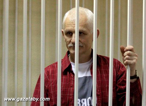 Алесь Бяляцкі падчас суду, Менск