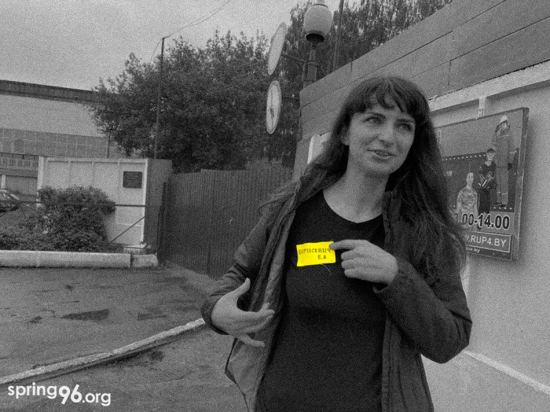 TUT.by journalist Katsiaryna Barysevich with a yellow patch on her prison clothes minutes after leaving the penal colony in Homieĺ on May 19, 2021