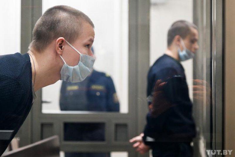 На пярэднім плане — Станіслаў, на заднім — Ілля Косцевы падчас слуханняў у Вярхоўным судзе 22 траўня. Фота: Вольга Шукайла, TUT.BY