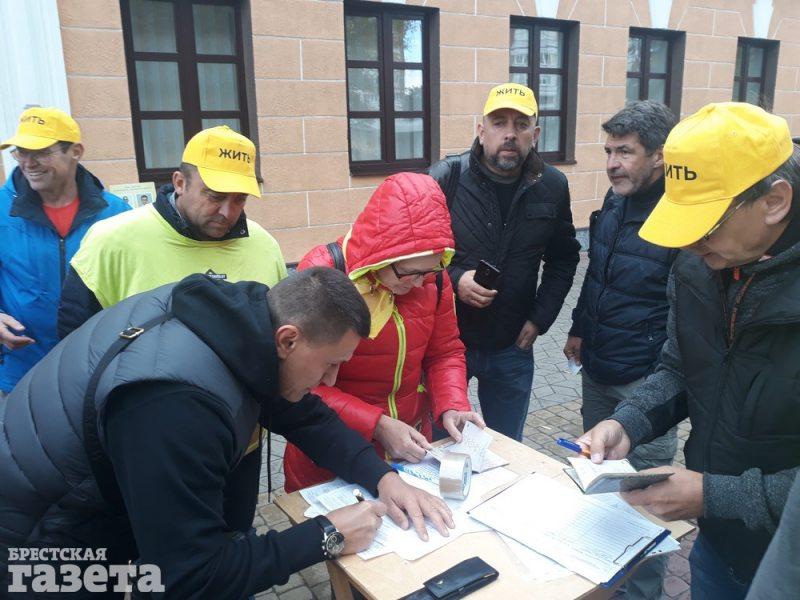 Сбор подписей за выдвижение кандидатов на парламентских выборах-2019 в Бресте. Иллюстрационное фото