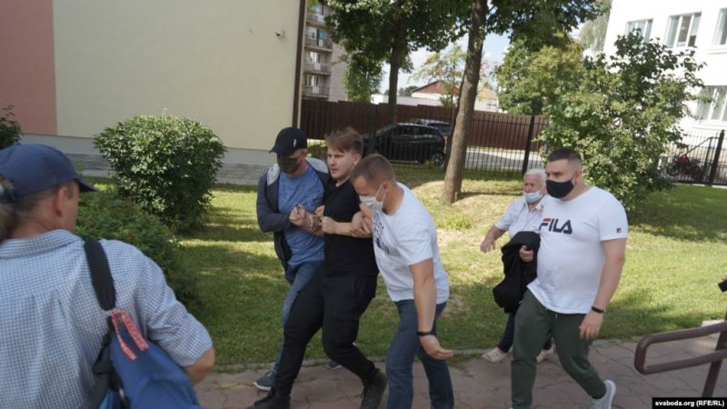 Ales Burakou detained by plain-clothed police officers. August 6, 2020. Photo: svaboda.org