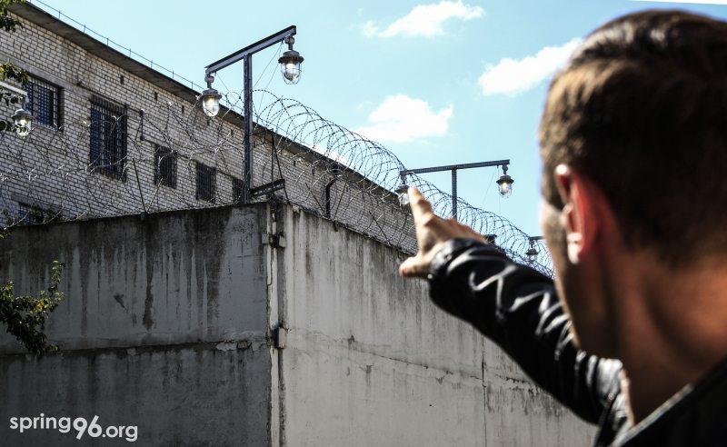 Александр Бураков возле стен могилёвской тюрьмы. Фото: mspring.org