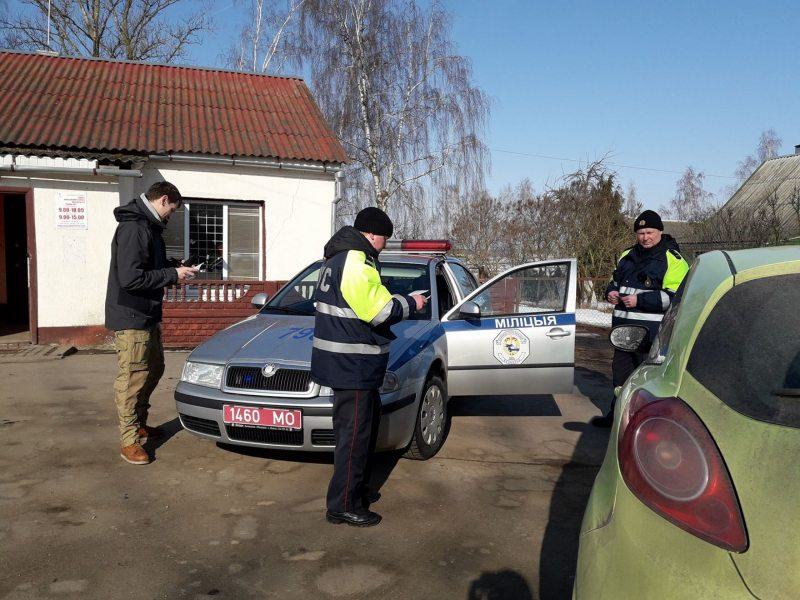 Road police officers detain Belsat journalist Volha Chajchyc in 2018