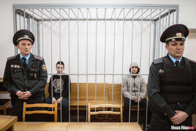 Іван Комар і Мікіта Емельянаў у судзе. Фота: