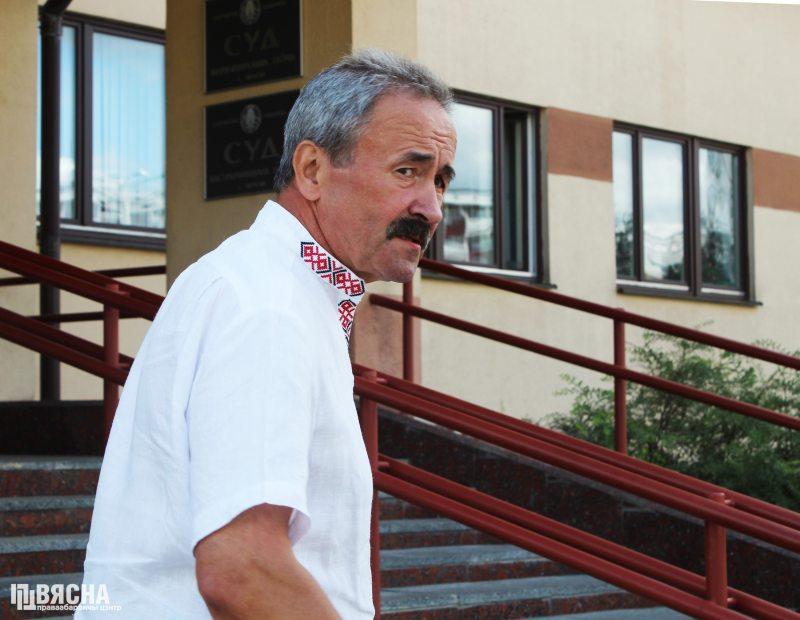 Геннадий Федынич около суда. Фото: ПЦ