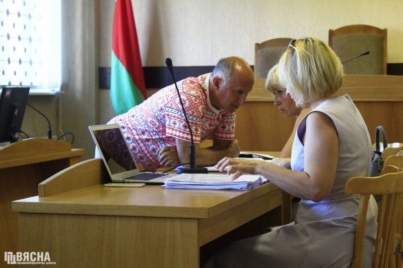Ігар Комлік і адвакаты. Фота: ПЦ