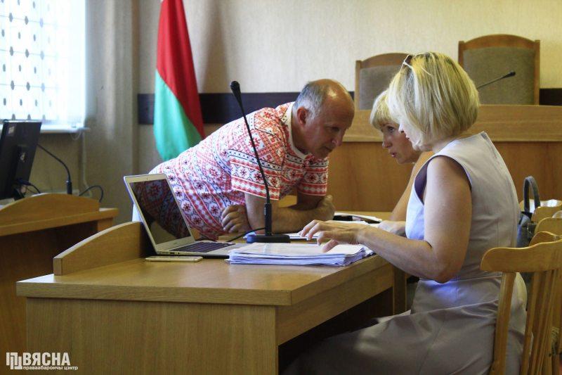 Ihar Komlik talking to defense lawyers. Photo: Viasna