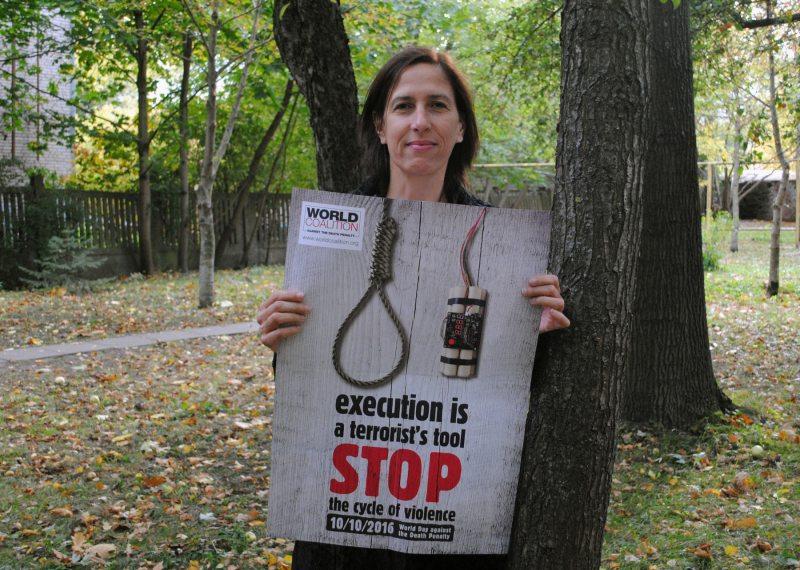 Флоранс Белливье с постером Коалиции к 10 октября 2016