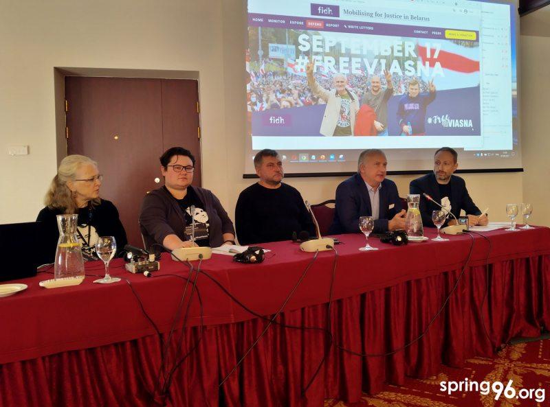 Хэзэр Макгіл, Наталля Сацункевіч, Андрэй Бастунец, Павел Сапелка і Ілля Нузаў. Фота spring96.org
