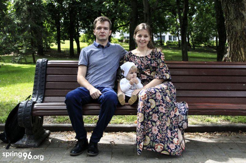 Павел і Марына Гарбуз з дачкой. Фота: spring96.org