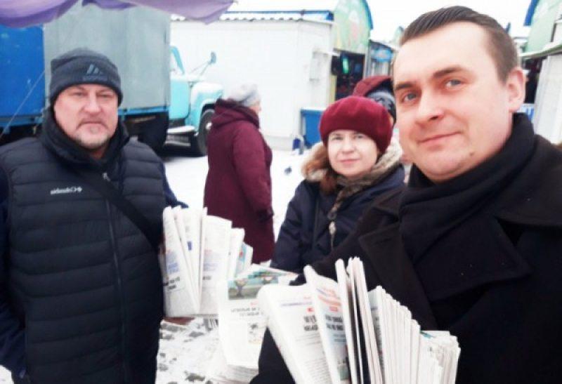 Леанід Судаленка, Марыя Тарасенка і Андрэй Стрыжак падчас распаўсюду газеты.