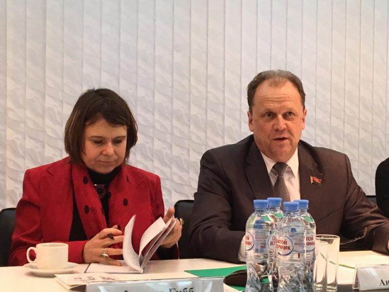 Посол Великобритании Фионна Гибб и депутат Андрей Наумович. Фото: Leanid Sudalenka