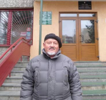 Сяргей Гоўша перад будынкам Баранавіцкага гарадскога суда