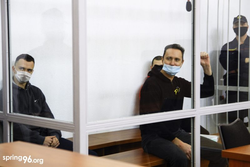 В центре — политзаключенный Денис Граханов, слева — Игорь Самусенко, справа — Владислав Гулис. Фото: spring96.org