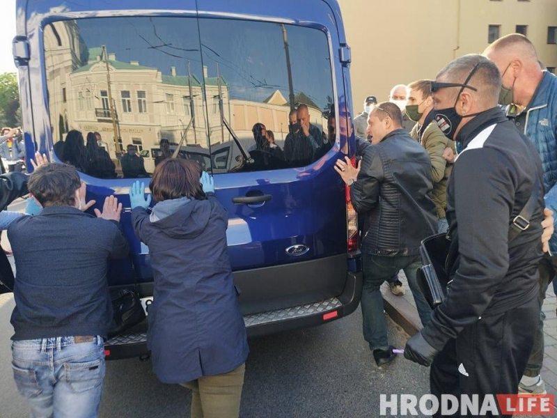 Люди пробуют остановить микроавтобус. Фото hrodna.life