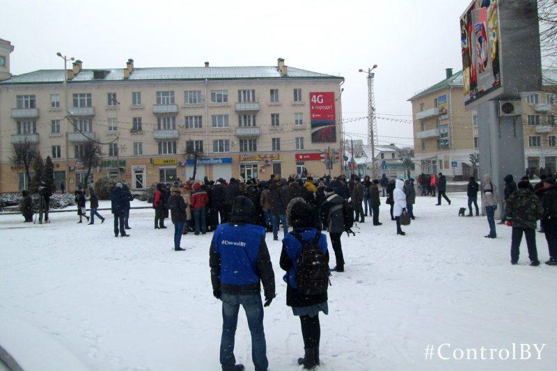 Акцыя пратэсту ў Баранавічах 26 лютага 2017 года. Працуюць назіральнікі.