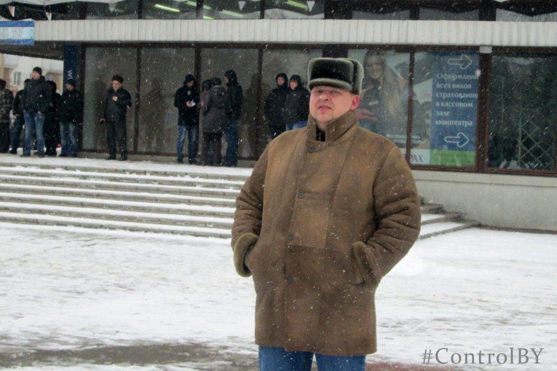 Акцыя пратэсту ў Баранавічах 26 лютага 2017 года. Супрацоўнік міліцыі ў цывільным.