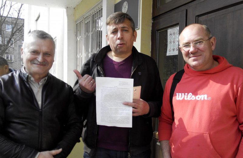 Aliaksandr Kabanau (center) and Siarhei Piatrukhin (right) pictured next to human rights activist Uladzimir Vialichkin (left) outside the Brest Regional Court building after being cleared of all charges on April 11, 2018