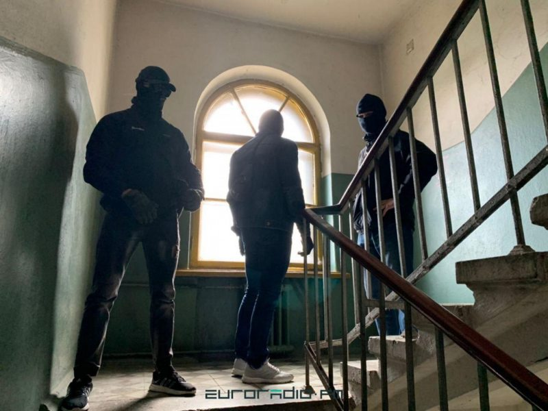 Masked officers in civilian clothes on guard outside Maryia Kalesnikava's apartment. September 9, 2020. Photo: euroradio.fm