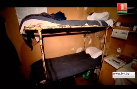The cell that probably held Andrei Bandarenka. Screenshots from a TV report by the Belarus 1 TV channel