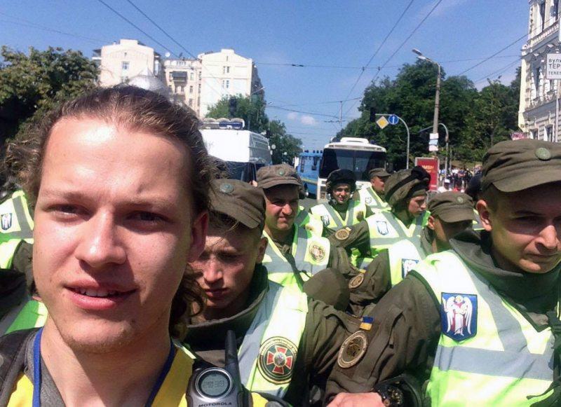 Кірыл Кажэнаў на фоне ачаплення Нацгвардыі