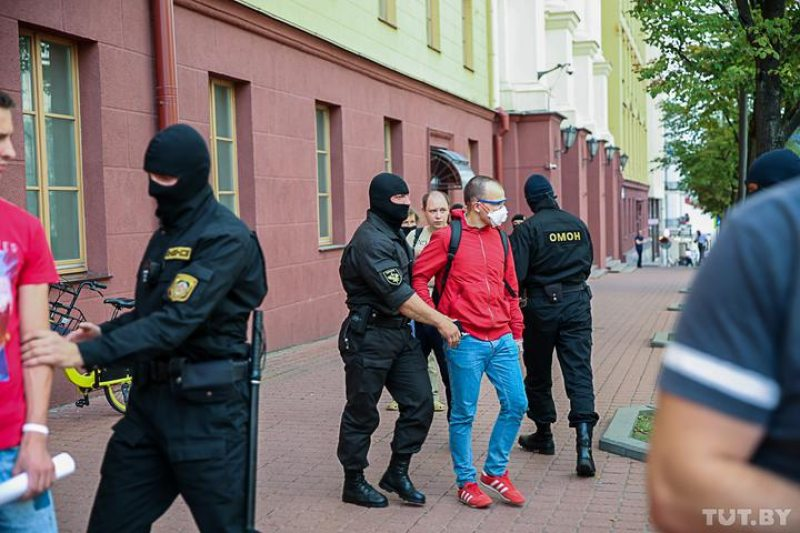 Riot police detain a man outside the KGB building in Minsk. July 28, 2020. Photo: Darya Burakina/tut.by