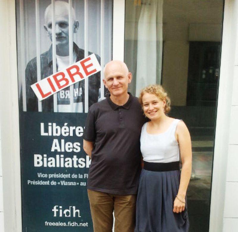 Саша Кулаева и Алесь Беляцкий в Париже у дверей FIDH через 10 дней после его освобождения, 1 июля 2014 г.