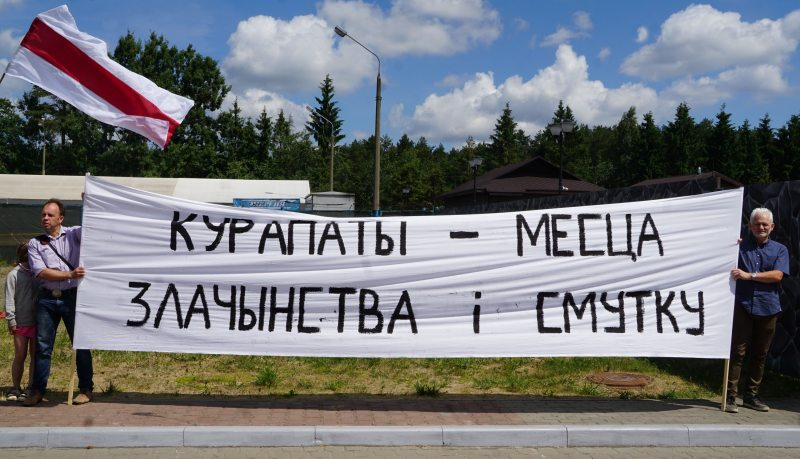 Правозащитники Алесь Беляцкий и Дмитрий Соловьев у входа на территорию ресторана «Поедем, поедим