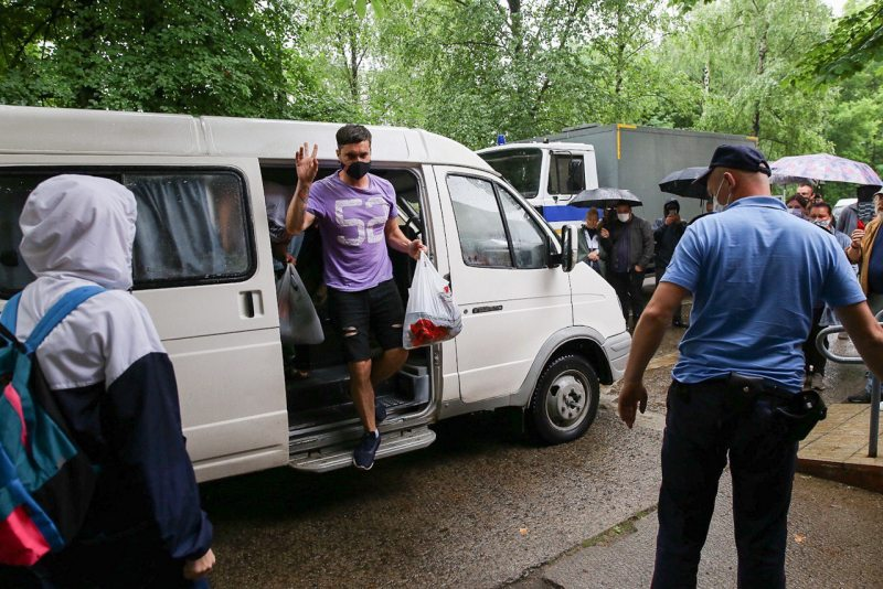 Human rights activist Siarzhuk Latsinski brought for trial in Babrujsk. Photo: bobr.by
