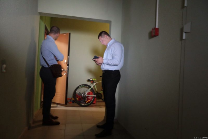 Financial police raid apartment of BelaPAN director Ales Lipai. Photo: svaboda.org