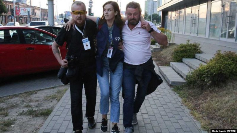Journalist Nattalia Lubneuskaya was hit in the leg. Witnesses say KGB troops aimed at reporters despite them wearing marked vests. August 10, 2020. Photo: Uladz Hrydzin/svaboda.org