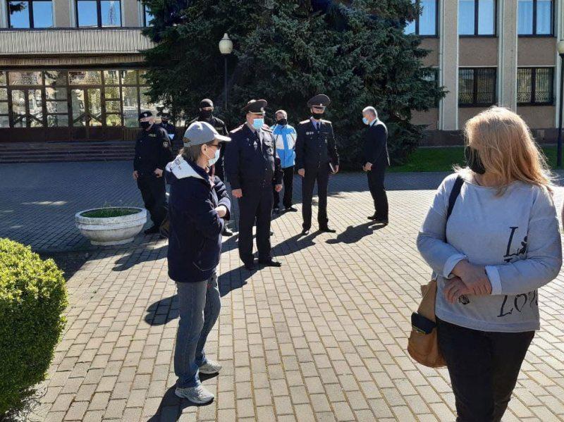 Возле Могилевского областного суда. Фото t.me/MAYDAYhr