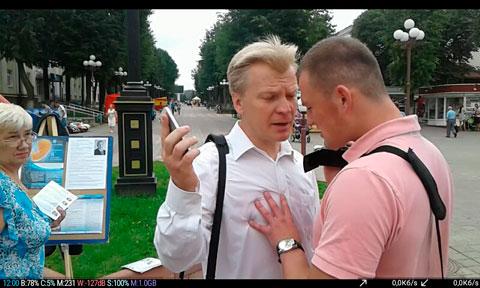 Молодечно. Виталий Рымашевский и неизвестный в штатском на пикете по сбору подписей за выдвижение члена БХД Павла Прокоповича.
