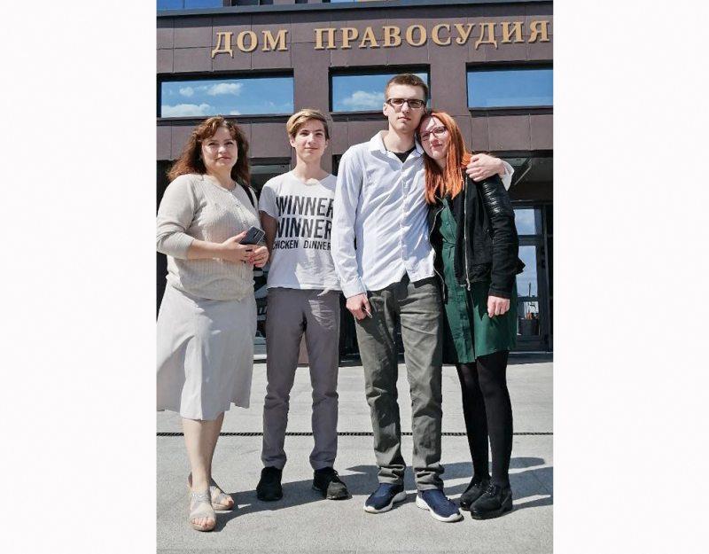Радион Медушевский с близкими возле суда. Фото из личного архива