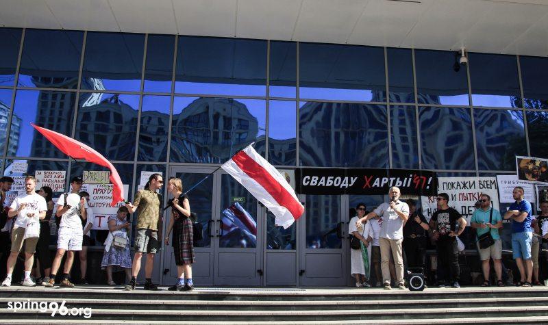 Алесь Беляцкий выступает на забастовке сотрудников Белтелерадиокомпании 17 августа. Фото: spring96.org